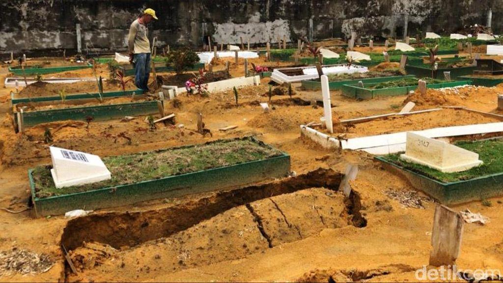 Penampakan Puluhan Makam Amblas Akibat Hujan Deras di Pekanbaru