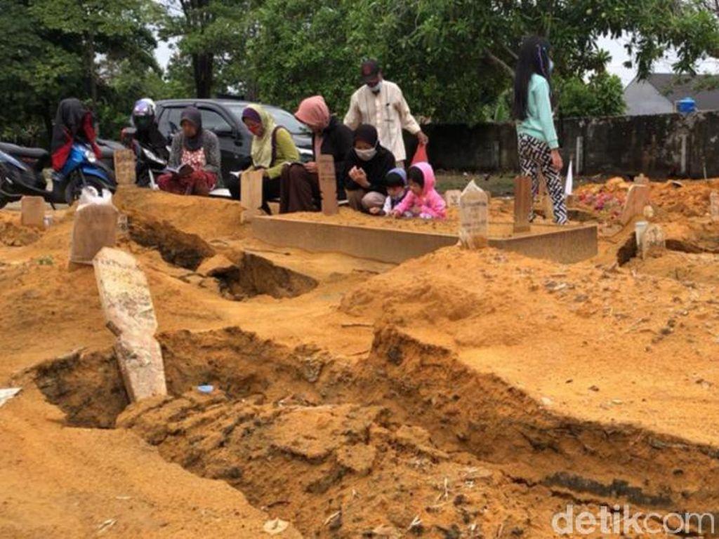 Puluhan Makam di Pekanbaru Amblas Akibat Hujan Deras