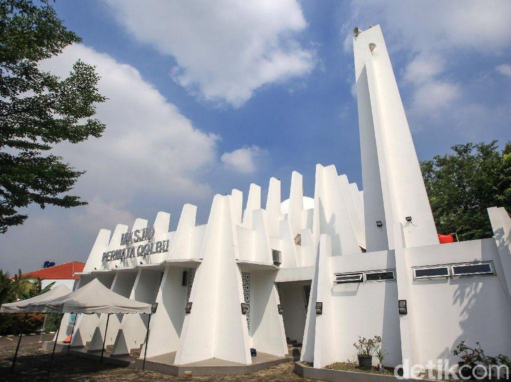Tak Biasa, Masjid Ini Dikepung Pilar Beton