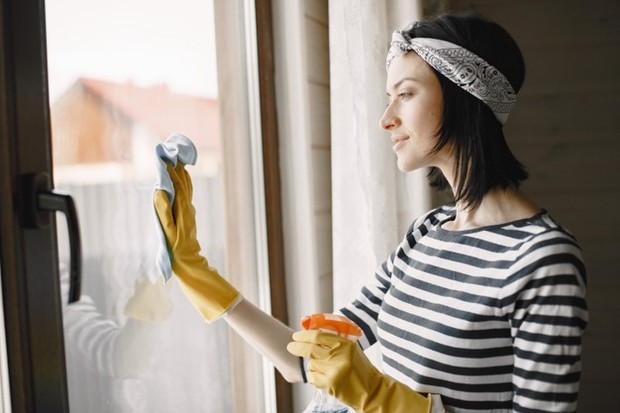 Mengisi aktivitas selama berpuasa dengan membersihkan rumah.