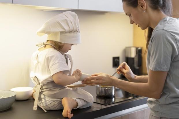 Mencoba berbagai resep kue kering untuk mengisi waktu luang selama berpuasa.