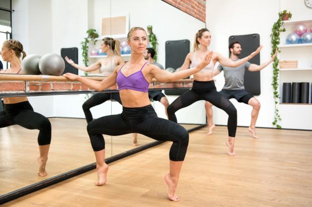 Barre ini menantang kekuatan dan daya tahan otot yang bermanfaat untuk memperkuat inti dan meningkatkan postur tubuh kamu.