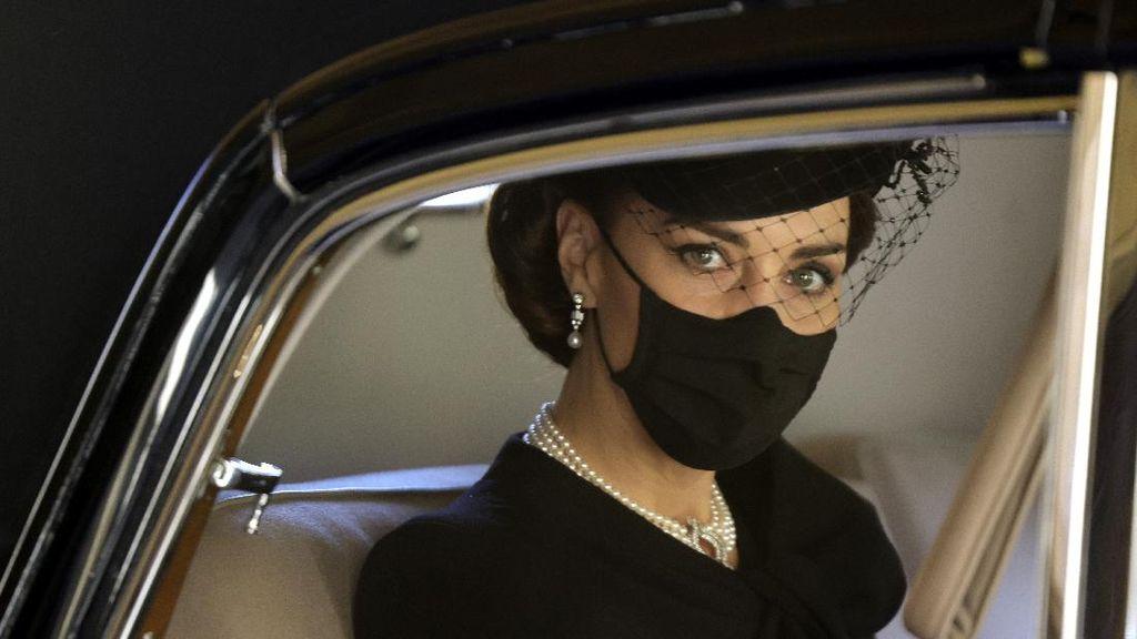 10 Foto Tampilan Kate Middleton di Pemakaman Pangeran Philip, Bermakna Dalam