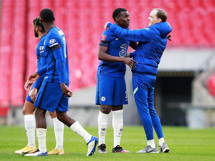 LONDON, ENGLAND - APRIL 17: Kurt Zouma of Chelsea and Thomas Tuchel, Manager of Chelsea celebrate following their teams victory in the Semi Final of the Emirates FA Cup match between Manchester City and Chelsea FC at Wembley Stadium on April 17, 2021 in London, England. Sporting stadiums around the UK remain under strict restrictions due to the Coronavirus Pandemic as Government social distancing laws prohibit fans inside venues resulting in games being played behind closed doors. (Photo by Ian Walton - Pool/Getty Images)