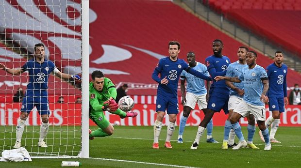 LONDON, ENGLAND - APRIL 17: Kepa Arrizabalaga of Chelsea makes a save near the end of the Semi Final of the Emirates FA Cup match between Manchester City and Chelsea FC at Wembley Stadium on April 17, 2021 in London, England. Sporting stadiums around the UK remain under strict restrictions due to the Coronavirus Pandemic as Government social distancing laws prohibit fans inside venues resulting in games being played behind closed doors.  (Photo by Ben Stansall - Pool/Getty Images)
