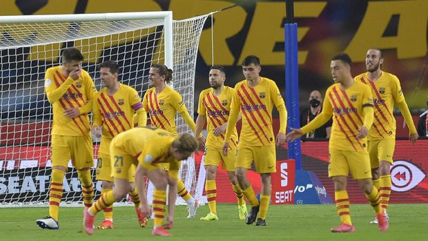 Barcelona's players celebrate after scoring a goal during the Spanish Copa del Rey (King's Cup) final football match between Athletic Club Bilbao and FC Barcelona at La Cartuja stadium in Seville on April 17, 2021. (Photo by CRISTINA QUICLER / AFP)
