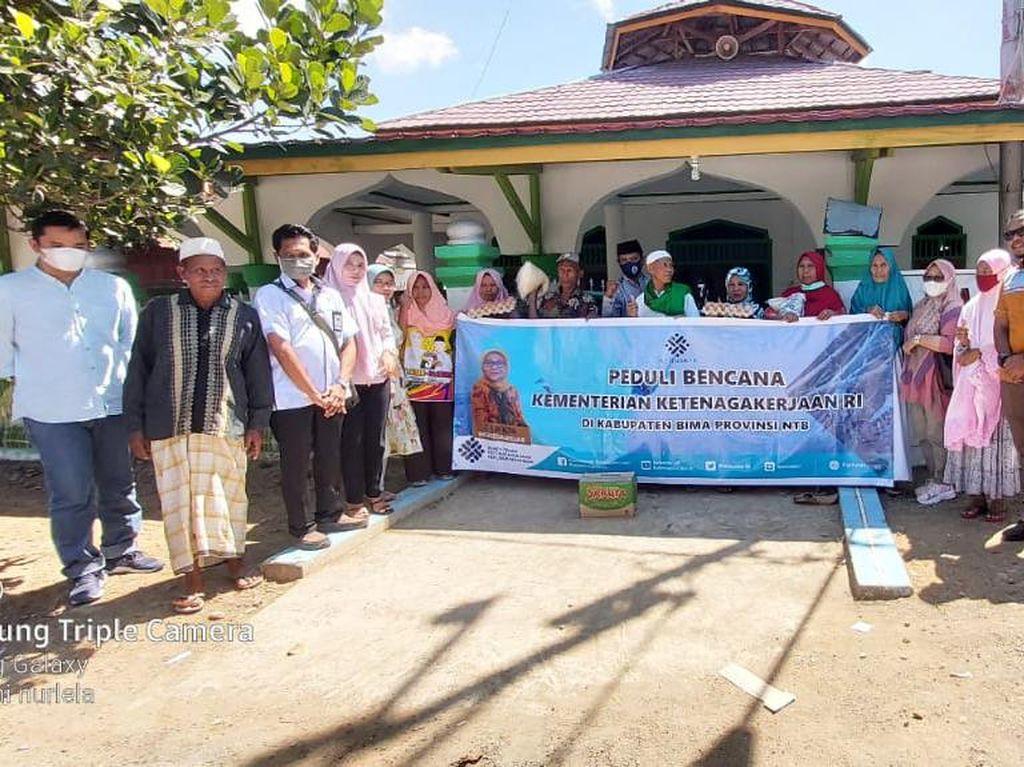 Kemnaker Kembali Salurkan Bantuan ke Korban Banjir-Longsor di NTB
