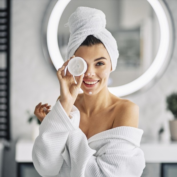 Menutrisi kulit dari luar juga tidak boleh dilewatkan, setelah menggunakan rutinitas produk skincare harian kamu, sangat penting untuk melembapkan kulit.