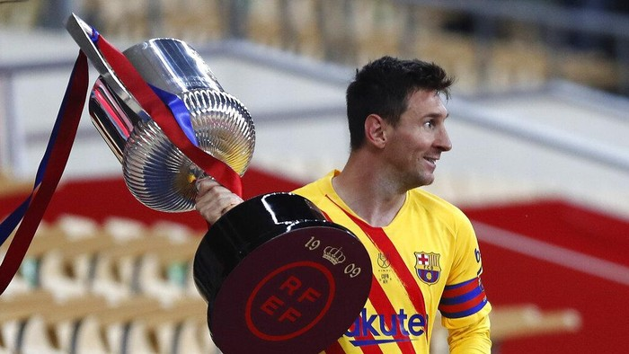 Barcelonas Lionel Messi holds the trophy after winning the Spanish Copa del Rey final 2021 against Athletic Bilbao at La Cartuja stadium in Seville, Spain, Saturday April 17, 2021. (AP Photo/Angel Fernandez)
