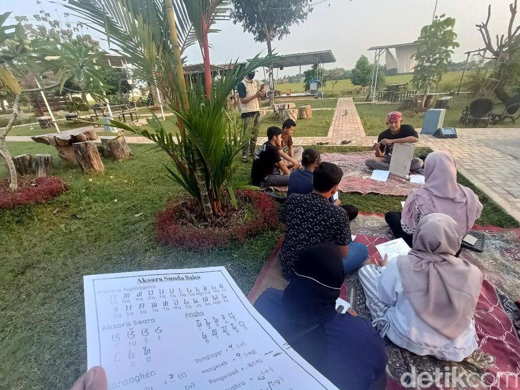 Ngabuburit di Karawang, Bisa Sambil Belajar Aksara Sunda Kuno