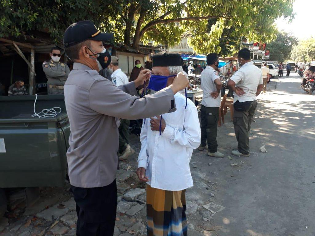 Tegakkan Prokes di Jalan, Polres Lombok Tengah Bagikan 1.000 Masker