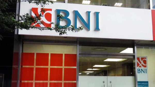 Provinsi Aceh menerapkan Qanun Lembaga Keuangan Syariah (LKS). Sejumlah bank yang tidak memiliki unit syariah harus meninggalkan Aceh dan menutup kantor.