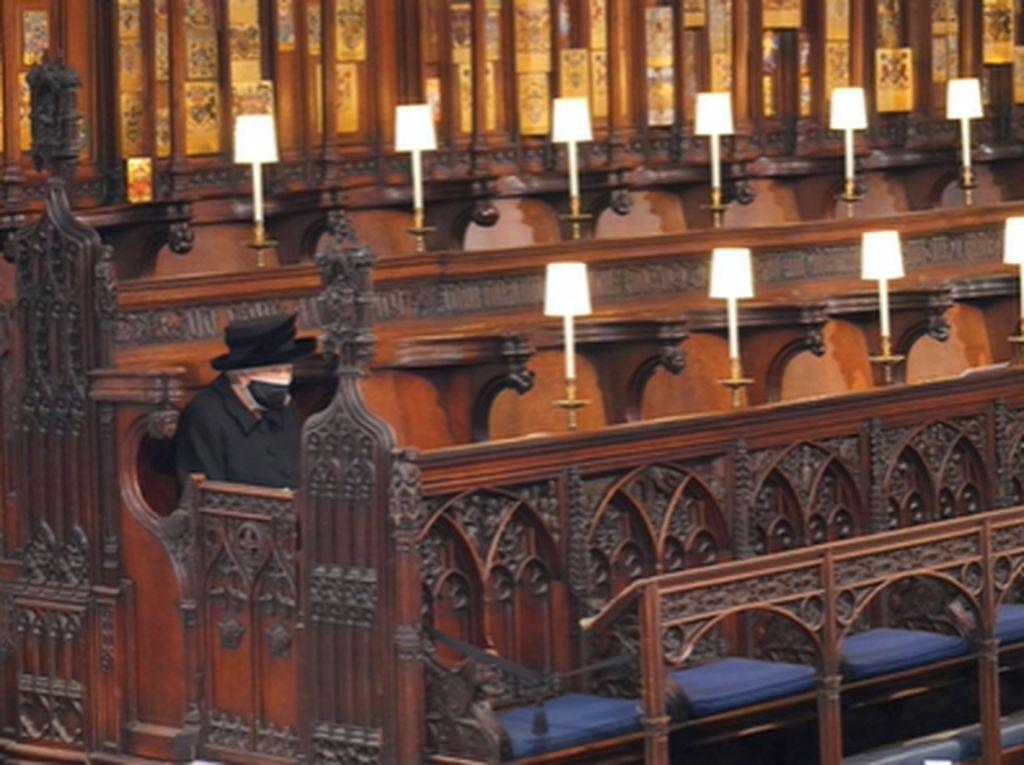Alasan Ratu Elizabeth Duduk Sendiri Selama Pemakaman Pangeran Philip