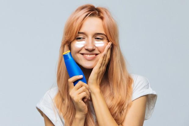 Guanakan sunscreen pada pagi hari sebelum baraktivitas dengan minimal SPF 30, aplikasikan ulang kalau kamu pergi keluar ruangan selama lebih dari tiga jam.