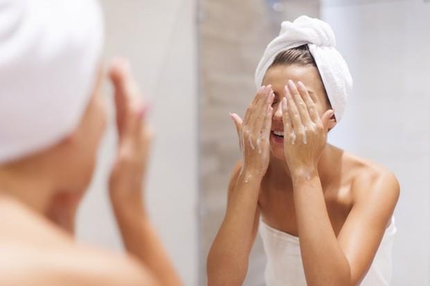 Padahal melakukan pembersihan wajah yang berlebihan itu bisa mengurangi kelembapan dan memperburuk kondisi kulit.