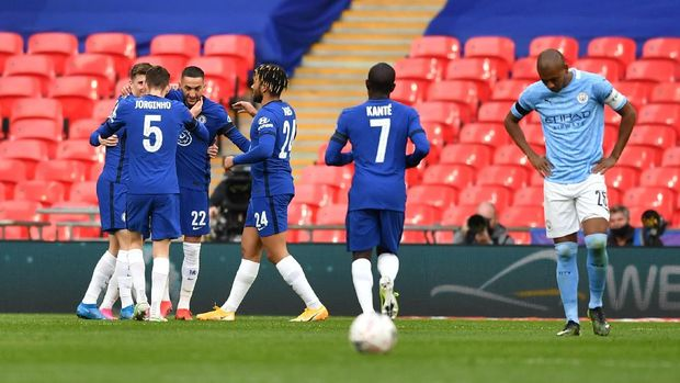 Soccer Football -  FA Cup Semi Final - Chelsea v Manchester City - Wembley Stadium, London, Britain - April 17, 2021 Chelsea's Hakim Ziyech celebrates scoring their first goal with teammates Pool via REUTERS/Ben Stansall