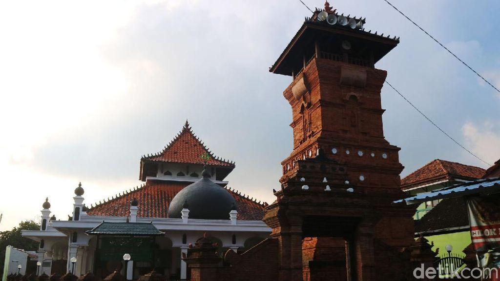 Wow! Masjid di Desa Ini Punya Replika Menara Kudus