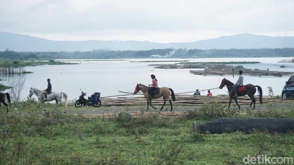 Foto: Ngabuburit Beda di Banjarnegara, Sambil Naik Kuda