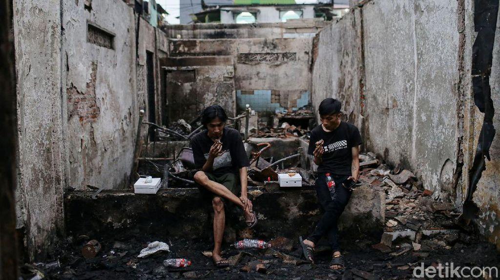 Potret Korban Kebakaran Tamansari Buka Puasa di Antara Puing Bangunan