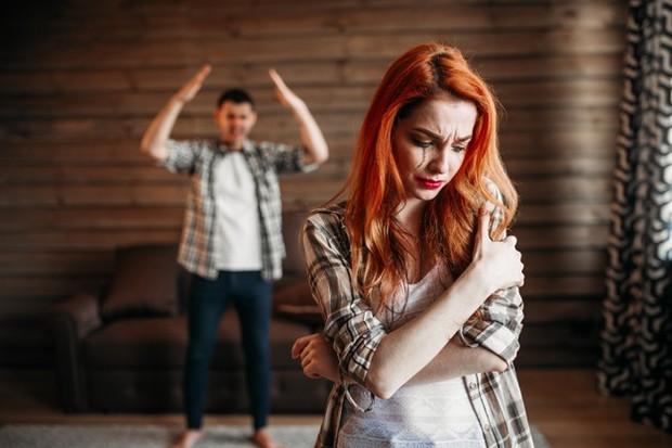 Selain merusak hubungan, pikiran negatif bisa merusak harga diri.