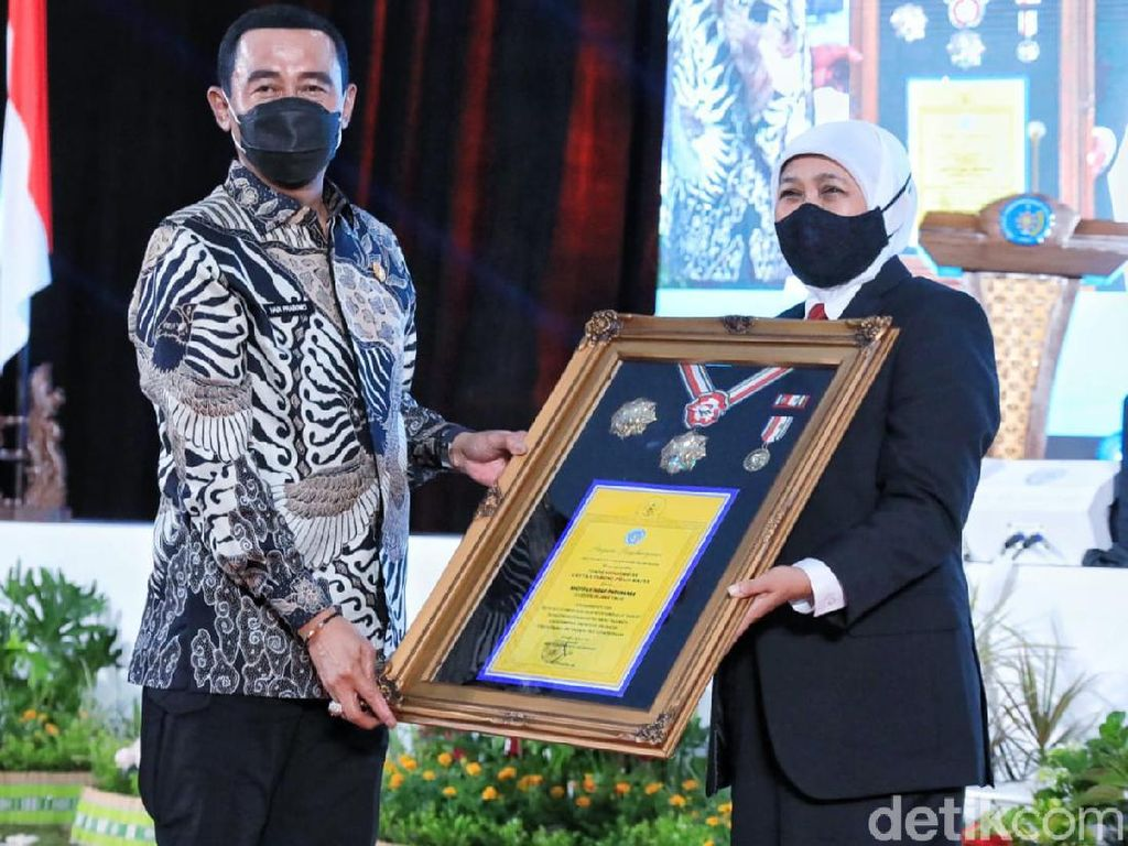 IPDN Anugerahi Gubernur Khofifah Tanda Kehormatan Kartika Pamong Praja Madya