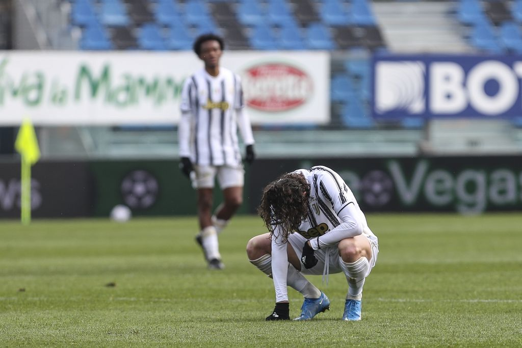 Juventus' Adrien Rabiot squats on the pitch during a Serie a soccer match between Atalanta and Juventus, in Bergamo stadium, Sunday, May 18, 2021. (Stefano Nicoli/LaPresse via AP)