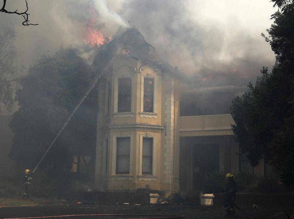 Kebakaran Hutan Hanguskan Bangunan Bersejarah di Afsel