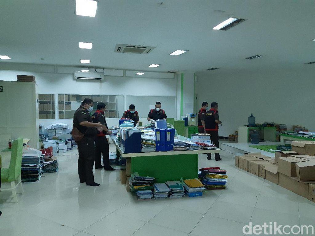 Kasus Hibah Ponpes, Kejati Banten Sita Setumpuk Berkas di Masjid Al Bantani