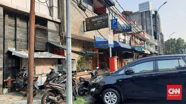 Lokasi pengeroyokan anggota brimob dan TNI di Obama Fans Club digaris polisi, Senin (19/4).