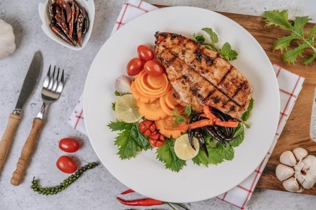 Pastikan untuk mengonsumsi makanan yang sehat dan seimbang. Perhatikan asupan protein, karbohidrat, serta vitamin dan mineral yang cukup saat sahur dan berbuka.