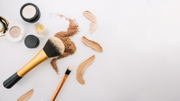 Jauhi produk riasan berbahan powder saat kamu punya masalah dengan kulit kering. Produk dengan teksturpowder menghasilkan hasil akhir makeup yang lebih matte dan ini dapat menyebabkan tertinggalnya residu bubuk di kulit kamu.