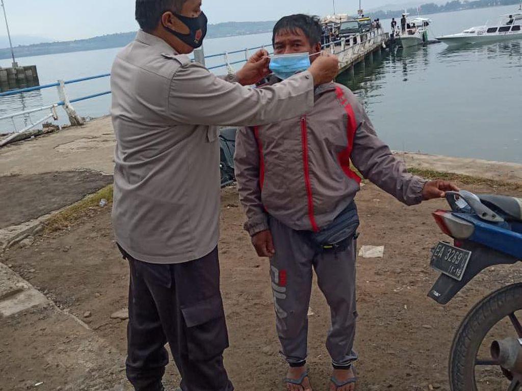 Sat Polair Polres Sumbawa Beri Masker ke Warga di Dermaga Pantai Goa