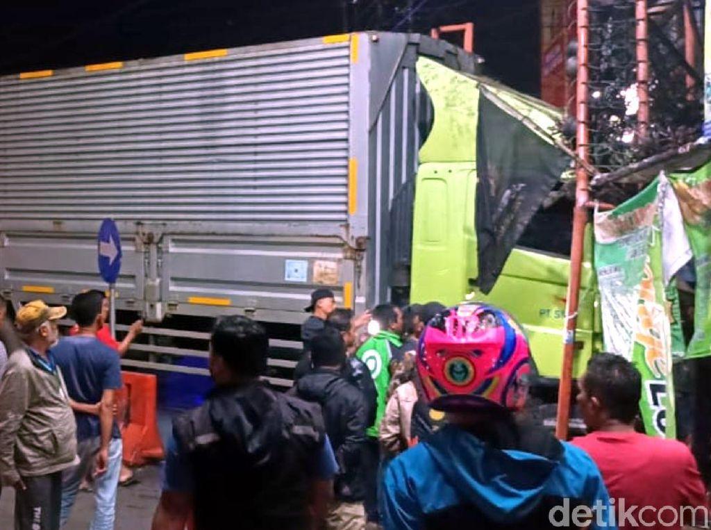 Sopir Truk Kontainer yang Seruduk Warung di Sukabumi Tewas