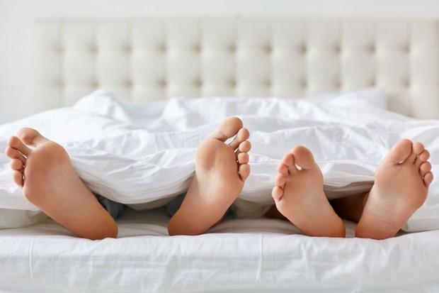 Tidak hanya menahan lapar dan haus, saat berpuasa kita semua juga harus menjaga diri dari hawa nafsu. Salah satu yang menjadi pertanyaan besar adalah bagaimana dengan suami istri yang memiliki kebutuhan biologis untuk seks.