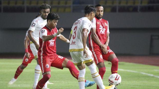 Pemain PSM Makassar berebut bola dengan pemain Persija Jakarta pada Semifinal Leg ke-2 Piala Menpora di Stadion Manahan, Solo, Jawa Tengah, Minggu (18/4/2021). ligaindonesiabaru.com