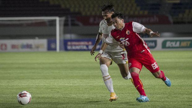 Pemain Persija Jakarta Alfath Faathier (kanan) berusaha melewati hadangan pemain PSM Makassar Zulkifli Syukur (kiri) pada Semifinal Leg ke-2 Piala Menpora di Stadion Manahan, Solo, Jawa Tengah, Minggu (18/4/2021). ANTARA FOTO/Mohammad Ayudha/rwa.