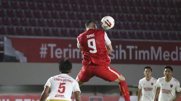 Pemain Persija Jakarta berebut bola dengan pemain PSM Makassar pada Semifinal Leg ke-2 Piala Menpora di Stadion Manahan, Solo, Jawa Tengah, Minggu (18/4/2021). ligaindonesiabaru.com