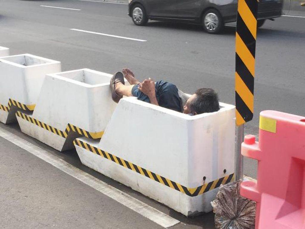 Seorang Pria Nyungsep di Pembatas Jalur Sepeda Permanen Jl Sudirman