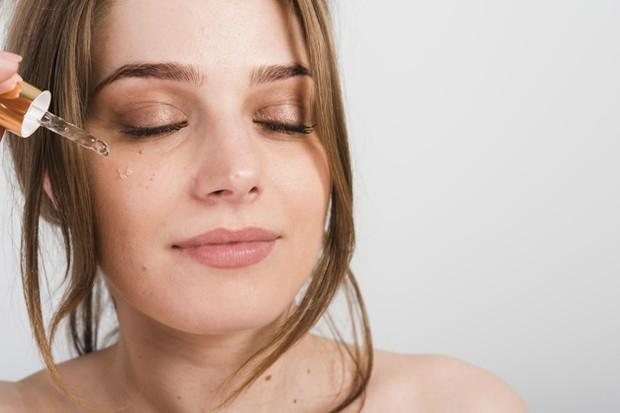 Selain pelembab, serum juga perlu kamu gunakan untuk tetap menjaga kelembaban kulit wajahmu.