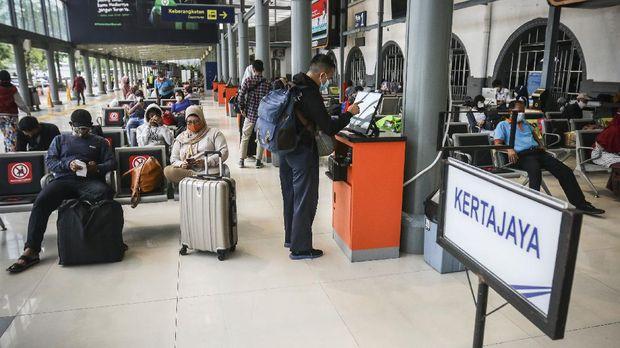 Penumpang menunggu kereta api di Stasiun Pasar Senen, Jakarta, Minggu (18/4/2021). Adanya larangan pemerintah untuk mudik pada tanggal 6 hingga 17 Mei mendatang, membuat sebagian warga memilih mudik lebih awal dan dalam satu pekan terakhir jumlah penumpang di stasiun tersebut berkisar antara 1.000-2.500 penumpang per hari. ANTARA FOTO/Rivan Awal Lingga/aww.
