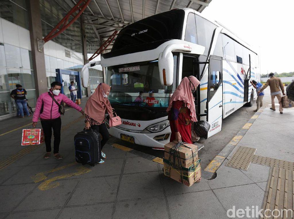 Potret Suasana Mudik Awal di Terminal Pulo Gebang