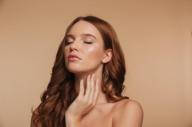 Area sekitar leher selain sebagai tempat nadi juga menyumbang peran paling banyak agar wangi parfum yang tahan lama mampu tercium.