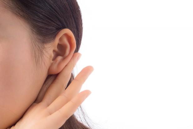 Sebagai tempat munculnya minyak, bagian belakang telinga bisa menjadi tempat paling baik dalam menjaga aroma parfum.