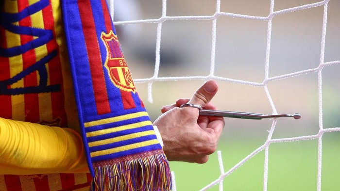 SEVILLE, SPAIN - APRIL 17: A detailed view as Gerard Pique of FC Barcelona cuts out a piece of the goal net following his teams victory in the Copa del Rey Final match between Athletic Club and Barcelona at Estadio de La Cartuja on April 17, 2021 in Seville, Spain. Sporting stadiums around Spain remain under strict restrictions due to the Coronavirus Pandemic as Government social distancing laws prohibit fans inside venues resulting in games being played behind closed doors. (Photo by Fran Santiago/Getty Images)