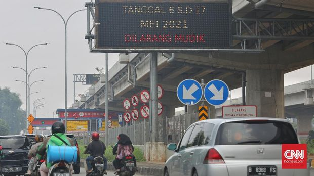 Papan peringatan k larangan mudik di gerbang pintu tol pondok kelapa, Jakarta, Selasa, 20 April 2021. Pemerintah melarang perjalanan mudik Lebaran 2021 pada 6-17 Mei mendatang. Namun, untuk meminimalisir jumlah pemudik yang berangkat lebih awal, polisi mulai melakukan pencegahan aktivitas mudik Lebaran 2021 di 333 titik tertentu sejak Senin (12/4/2021). CNNIndonesia/Safir Makki
