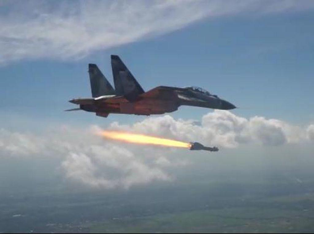 Tembakan Rudal Penerbang TNI AU dari Jet Tempur Sukhoi Tepat Sasaran