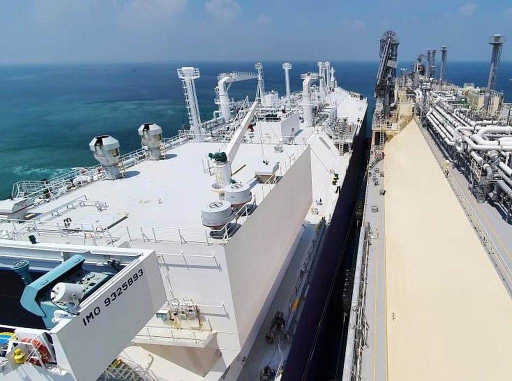 Kapal FSRU Jawa Satu Terima Kargo LNG dari Kapal LNGC Tangguh Towuti