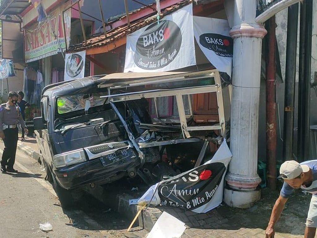 Sopir Mengantuk, Mobil Pick Up Seruduk Motor-Kios Bakso di Majalengka