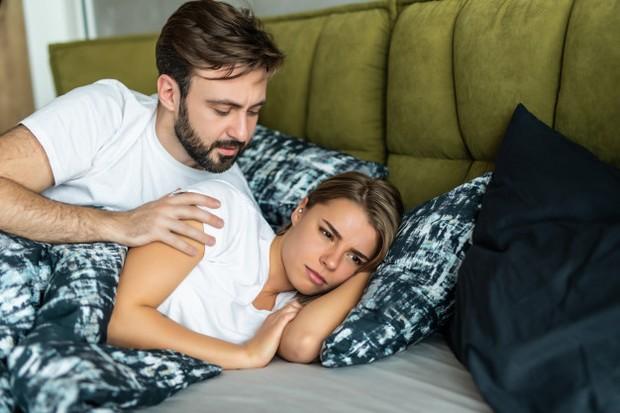 Inilah alasan bagaimana pasangan kehilangan komunikasi dalam suatu hubungan. Mereka terlalu bosan untuk membicarakan hal-hal kecil karena merasa itu tidak penting.