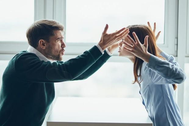 Jika kamu hidup dalam pernikahan yang toxic, pada akhirnya kamu akan selalu merasa cemas dan takut melakukan apa pun yang menurut kamu dapat menyinggung atau mengecewakan pasanganmu.